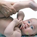 Делают зарядку малышу